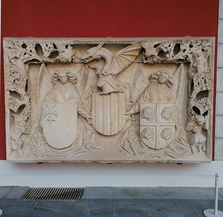 Relieve con el escudo de armas del Reino de Aragón esculpido por Franci Gomar entre 1448 y 1449 en piedra arenisa.