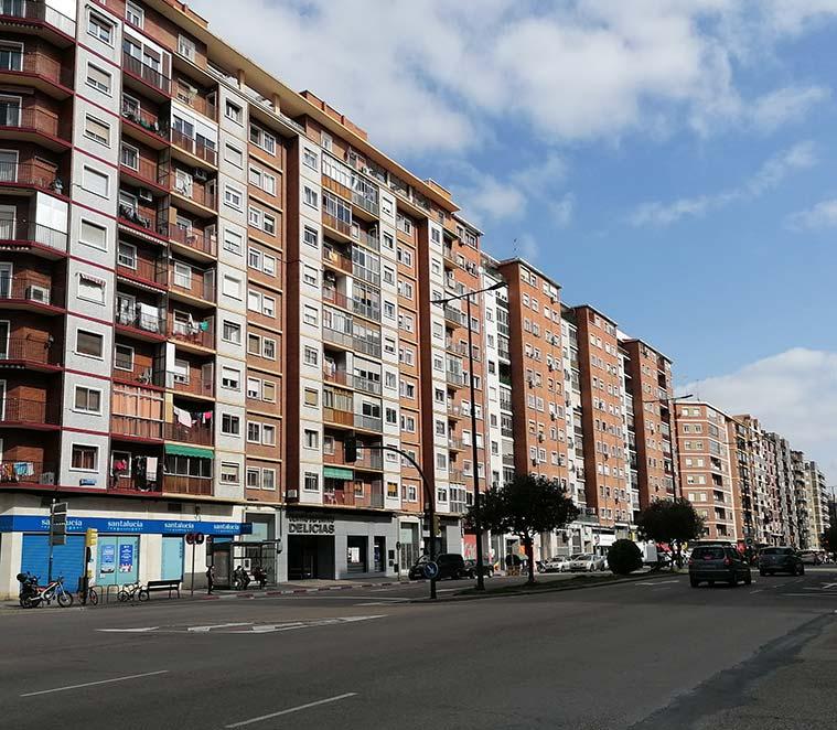Grandes bloques de edificios de viviendas en la Avenida Navarra