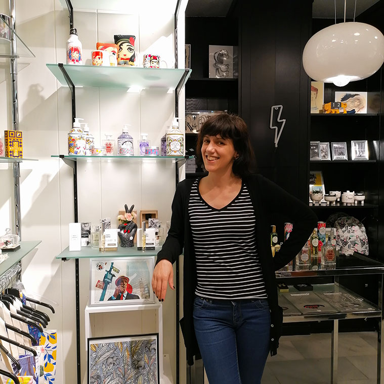 Penélope Sariñena dentro de la tienda Brigadoon