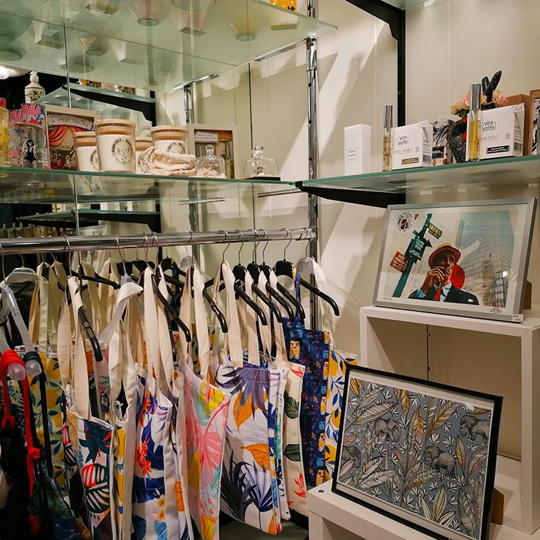 prendas de ropa y objetos de decoracion en Brigadoon