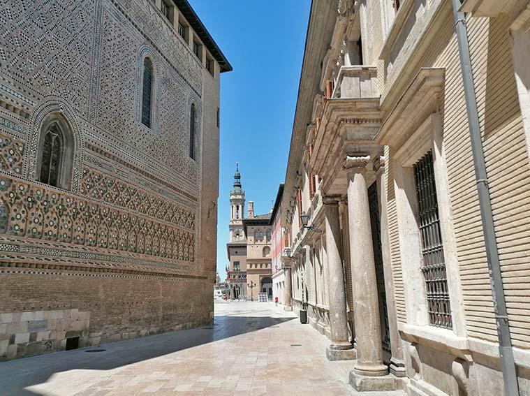 Vista de la Parroquieta de La Seo (izquierda) y del Palacio Arzobispal (derecha) con la Lonja y el Pilar al fondo