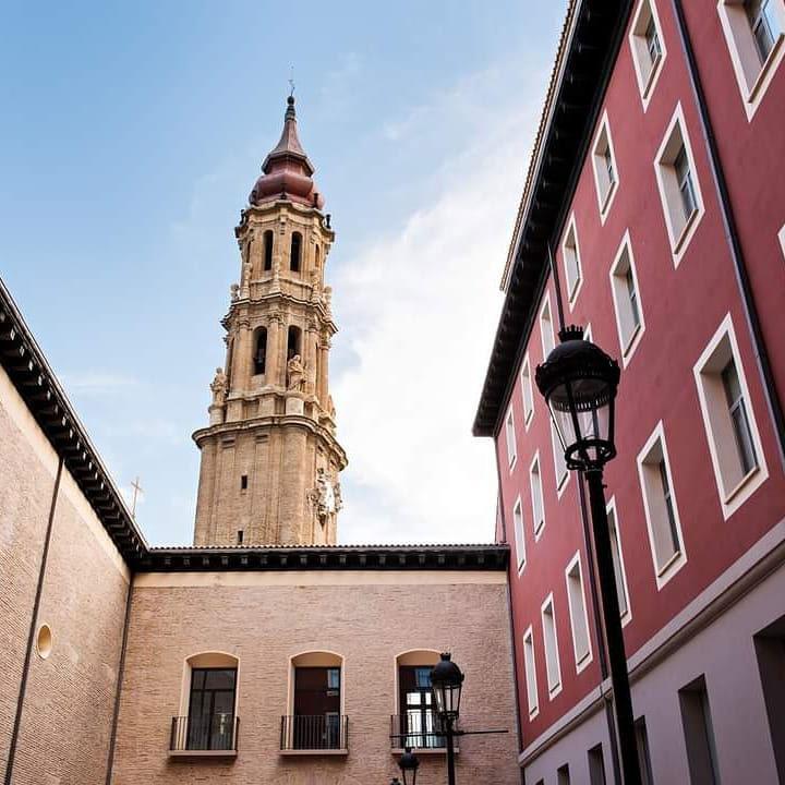 Patio del Palacio Arzobispal con la torre de La Seo
