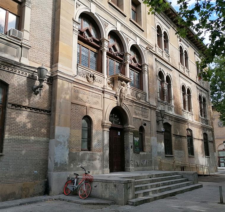 Vista del antiguo edificio de la Escuela de Artes y Oficios de Zaragoza desde la Plaza de los Sitios