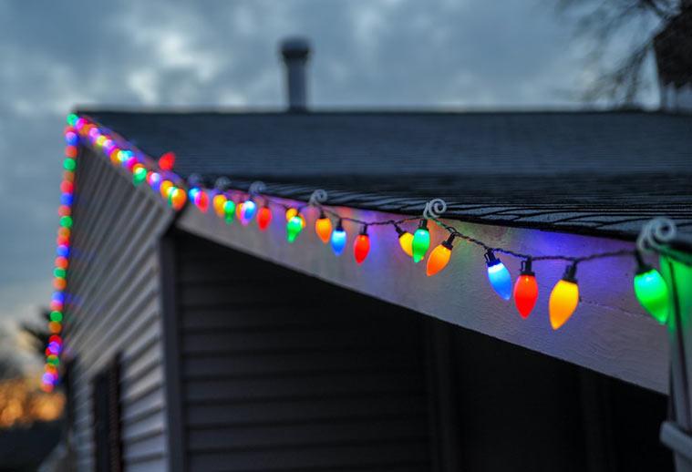 guirnaldas de luces en una terraza