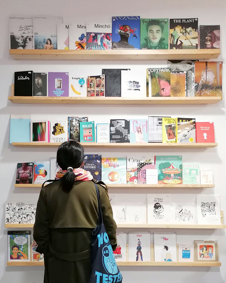 zona de ilustradores en la tienda concepto shuave shop