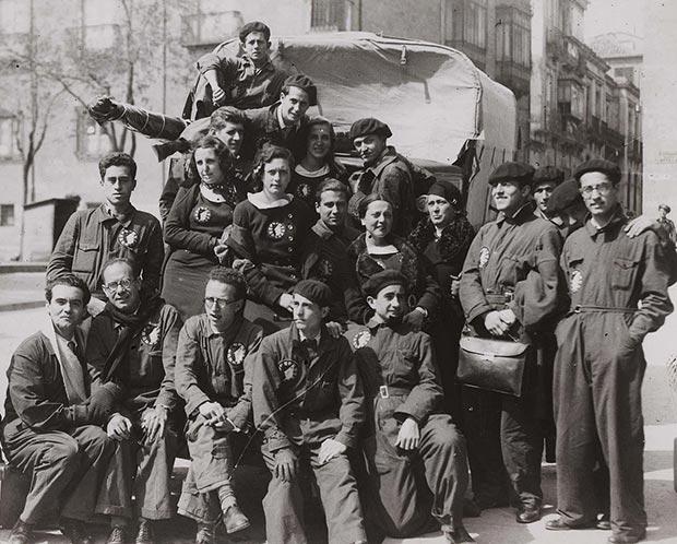 Componentes de La Barraca en agosto de 1933 (García Lorca es el segundo empezando por la izquierda). Todos los componentes de la compañía disponían de un mono azul y las mujeres un vestido azul con cuello blanco.