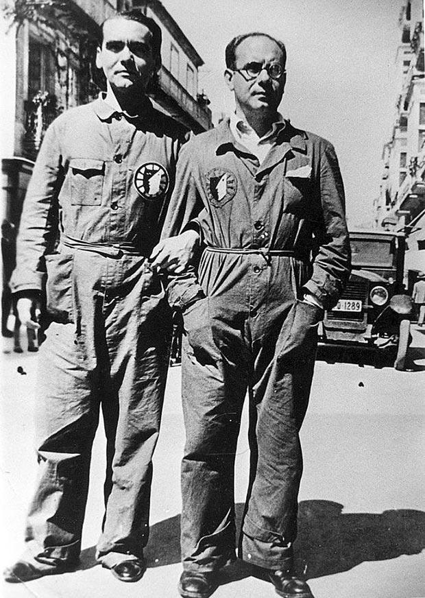 Federico García Lorca y Eduardo Ugarte creadores de La Barraca, con el uniforme de la compañía, mono azul con la insignia diseñada por Benjamín Palencia.