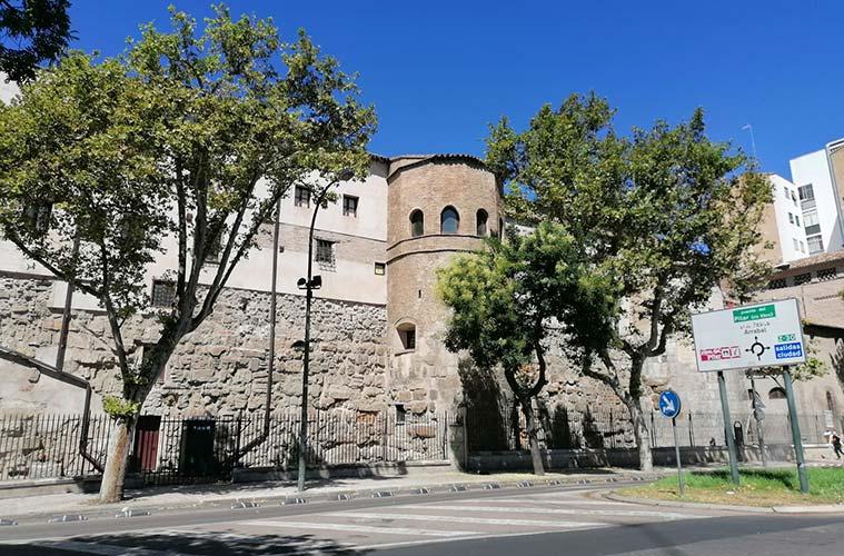 Lienzos y torreones de la muralla romana integrados en el Convento del Santo Sepulcro