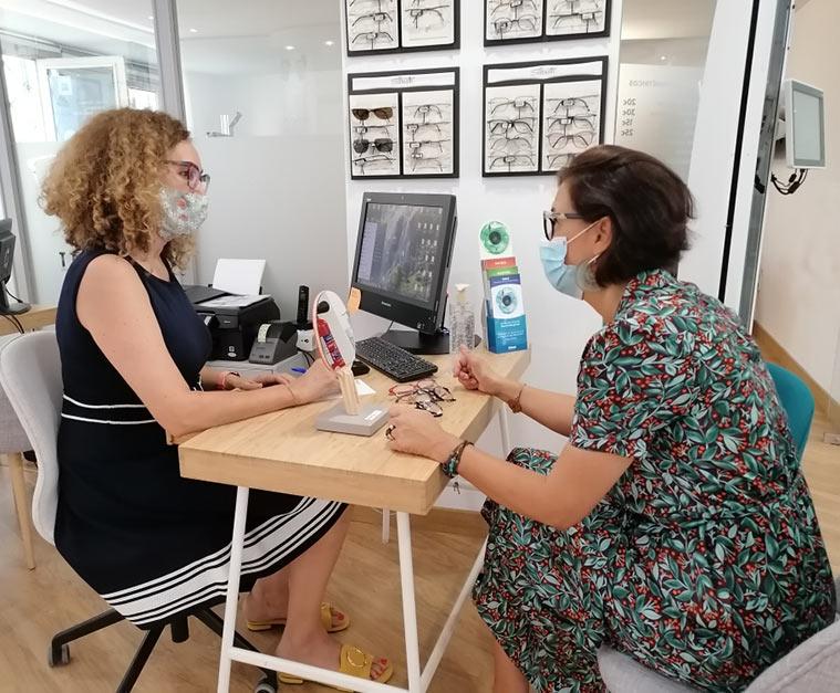 Nuria Fuentes atiende a una clienta en vinuales centro optico
