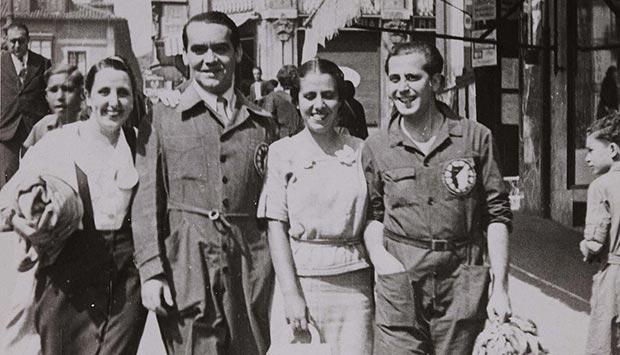 federico garcia lorca con varios companeros del grupo teatral la barraca en agosto de 1933