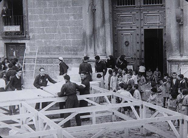 Montaje del escenario por los componentes de La Barraca para la representación de «La guarda cuidadosa», de Miguel de Cervantes (Almazán, Soria) (julio de 1932)