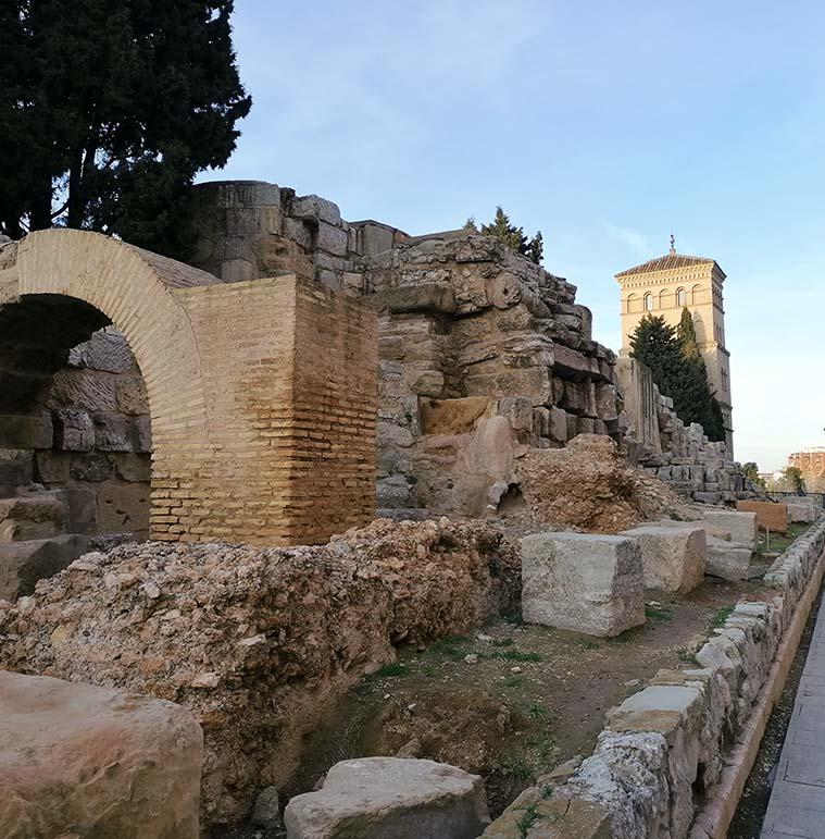 Parte posterior de la muralla romana con el Torreón de la Zuda al fondo