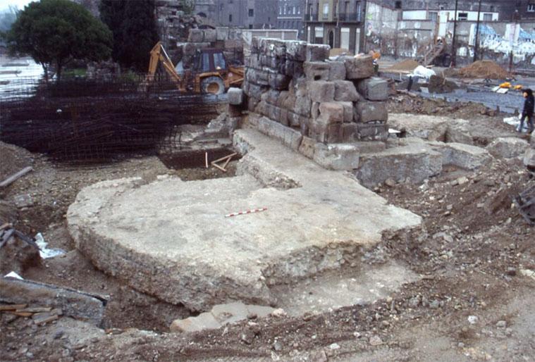 restos de la puerta de toledo en la avenida de cesar augusto