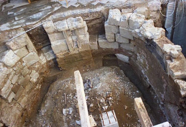 restos del torreón encontrado en el número 66 de la Avenida César Augusto