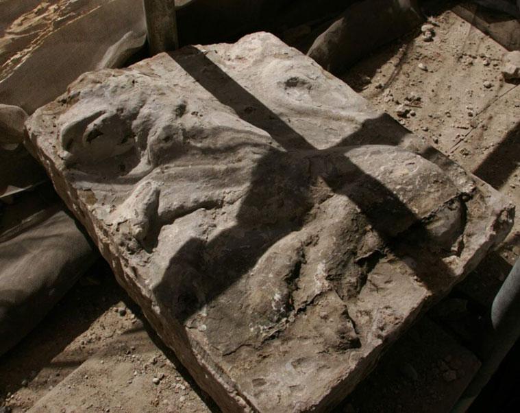 La excavación arqueológica del solar sacó a la luz distintos restos de época romana y medieval, entre ellos la imagen de un león rampante que podría corresponder al escudo heráldico de la ciudad