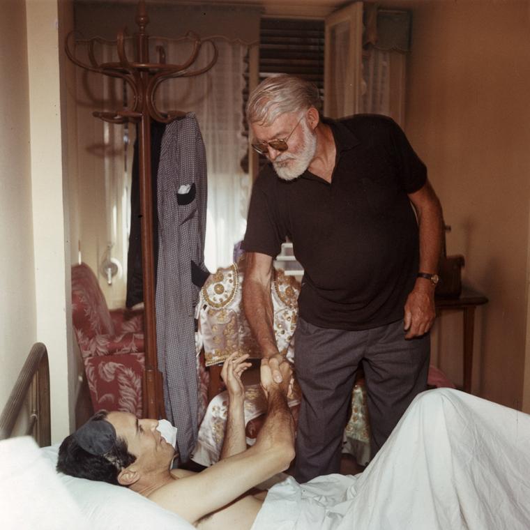 Ernest Hemingway saluda al diestro Luis Miguel Dominguin tras una corrida de toros en 1959