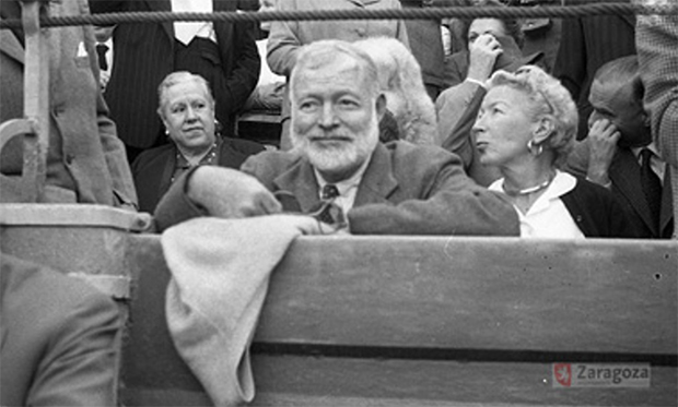 Ernest Hemingway junto a su compañera Mary Welsh, tras la barrera del Coso de la Misericordia