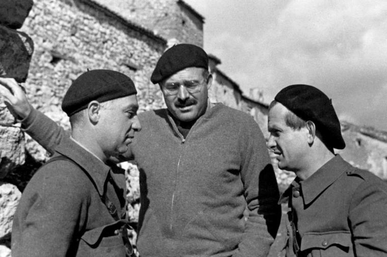 Ernest Hemingway con Ilya Ehrenburg y Gustav Regler en Belchite durante la Guerra Civil Española