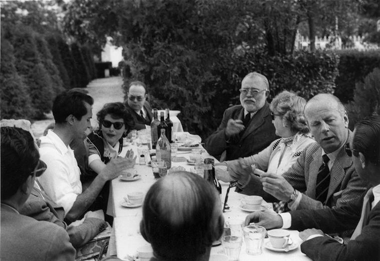 Luis Miguel Dominguin, Eva Gardner, Ernest Hemingway, y otros en un almuerzo en la Costa del Sol en 1959