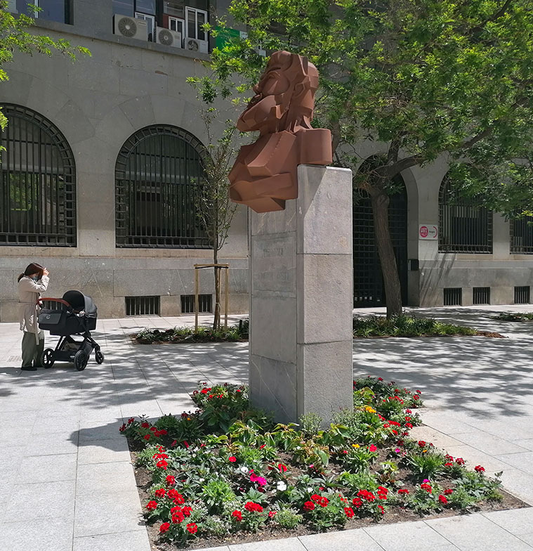Monumento a Joaquín Costa la Plaza Santa Engracia de Zaragoza