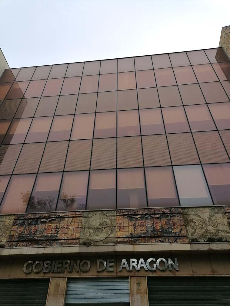Mural en la fachada del Gobierno de Aragon de Ángel Orensanz enla Plaza San Pedro Nolasco