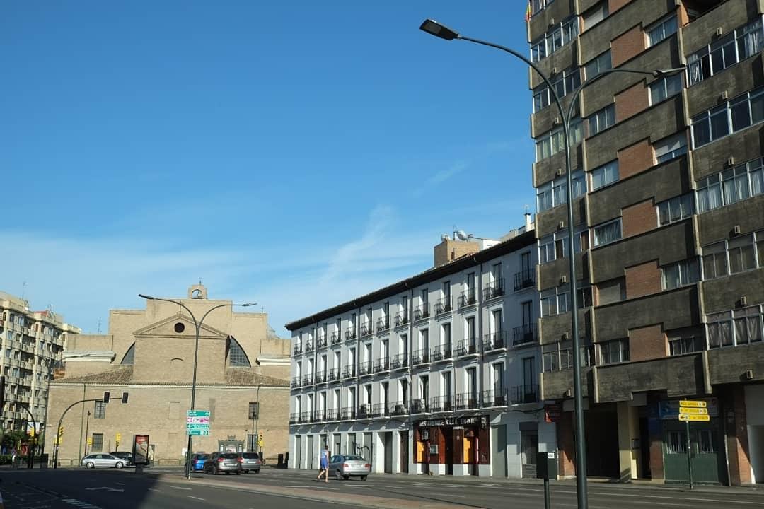 La iglesia del Portillo (izquierda) y el conjunto de casas proyectado en 1888 por Pablo Lacasa y Hermenegildo Gorría (derecha)