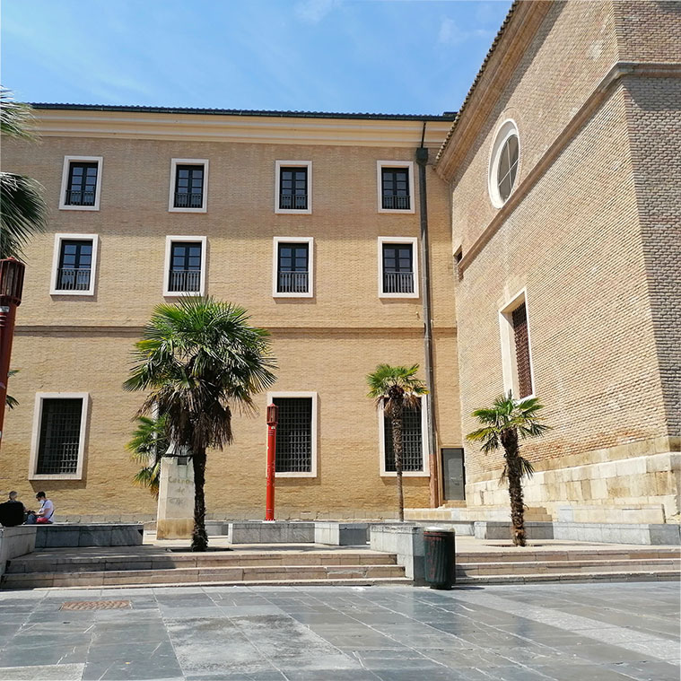 edificio neoclasico en la plaza de san bruno