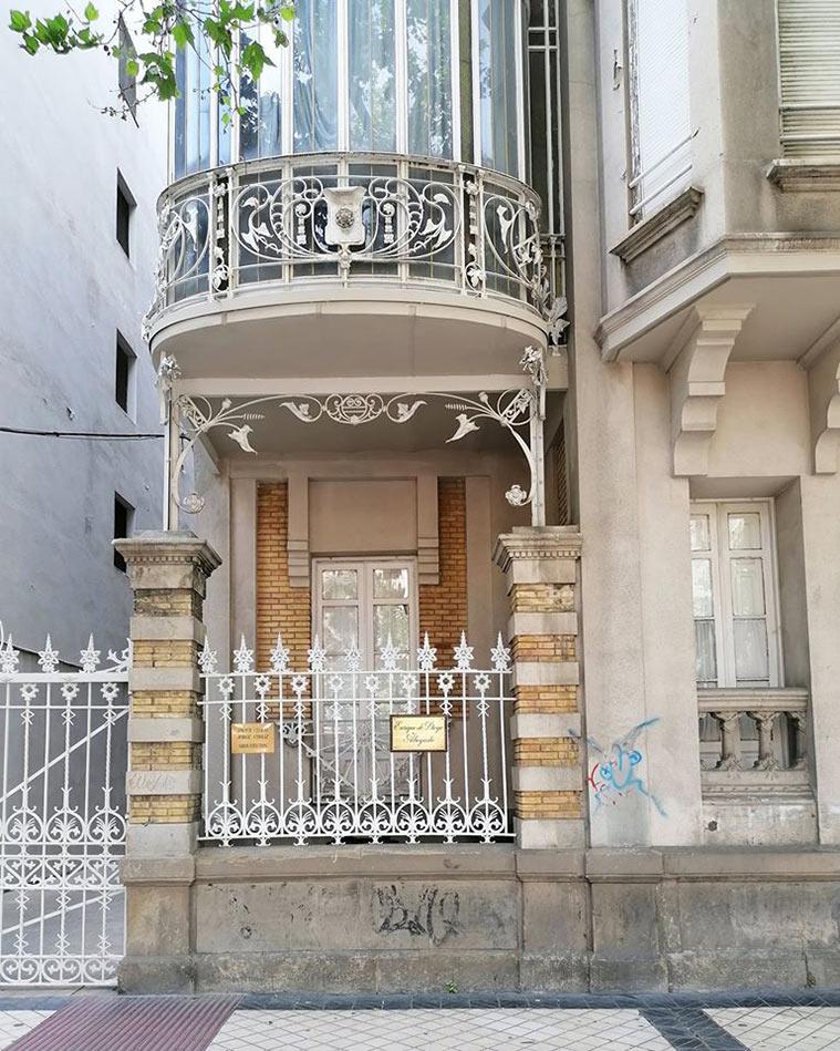 En 1899 el arquitecto madrileño Francisco Gutiérrez proyectaba una vivienda que se construía de nueva planta para José María Rodríguez Lacomme, como un hotelito de dos plantas y dentro de un moderado eclecticismo.