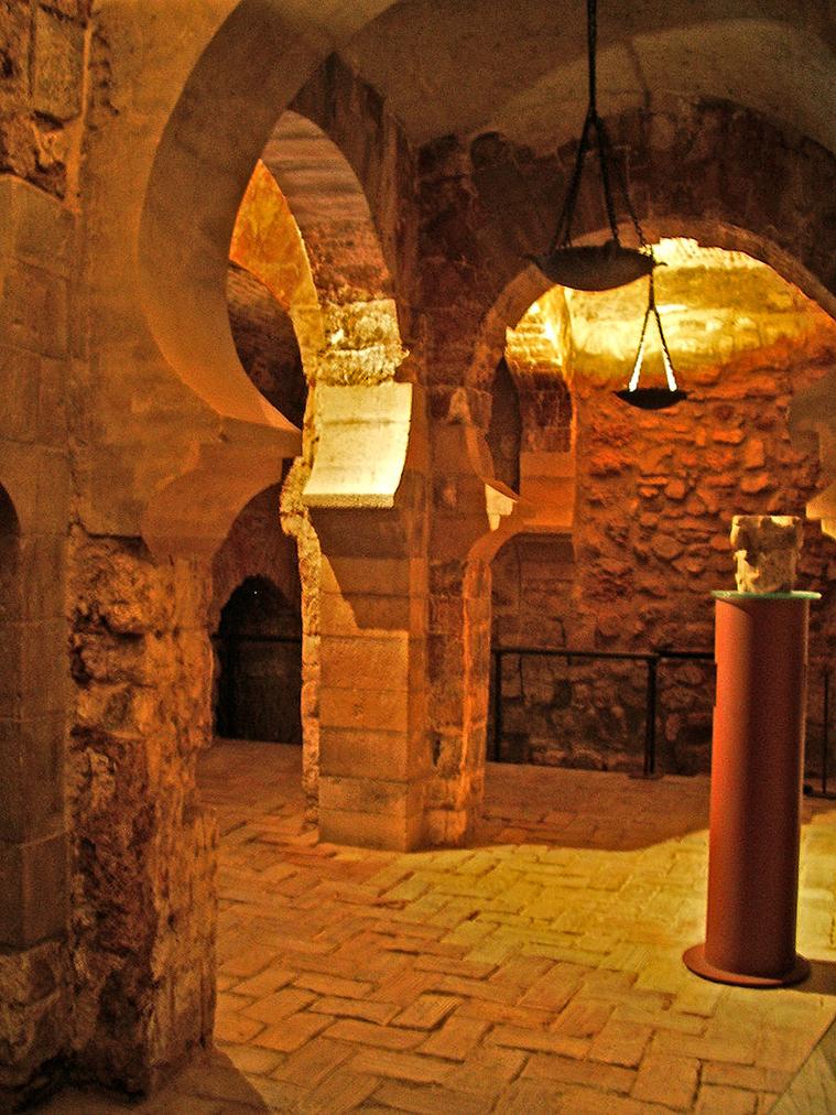 Primera planta de la Torre de Trovador. Se aprecian los arcos de herradura del siglo IX (Foto: Escarlati bajo lic. CC BY-SA 3.0)