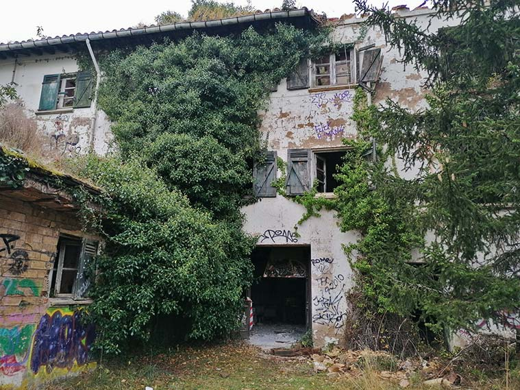 Acceso a uno de los pabellones del Sanatorio de Agramonte