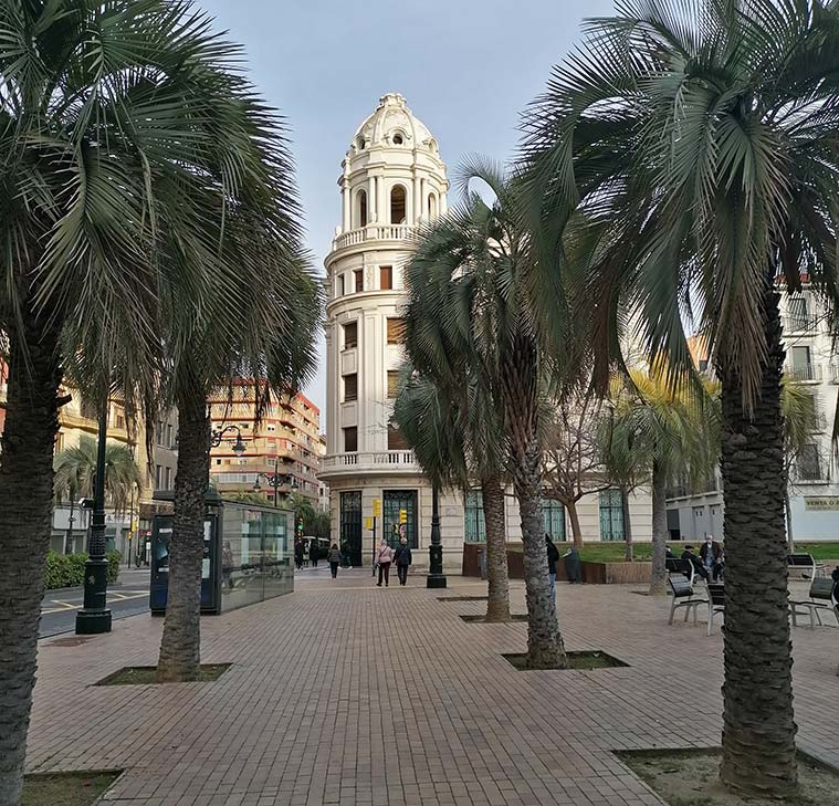 Vista del antiguo edificio de la Caja de Ahorros y Monte de Piedad desde la Plaza del Portillo