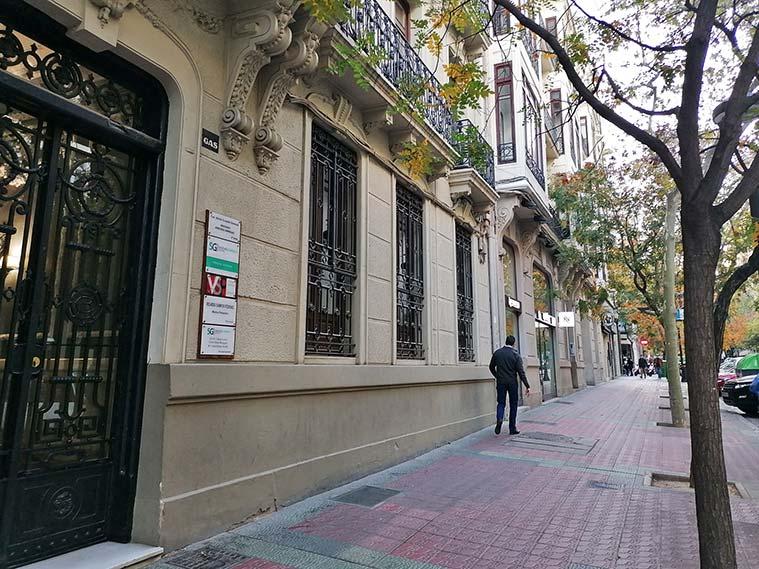 Una persona paseando por la Calle Joaquín Costa de Zaragoza