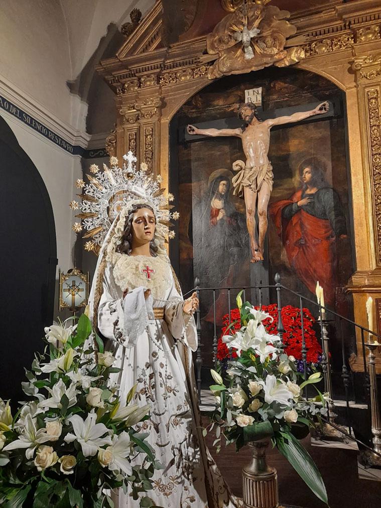 Capilla del Cristo de la Agonía. A la izquierda, Nuestra Señora del Rosario en sus Misterios Dolorosos (popularmente denominada Virgen Blanca)