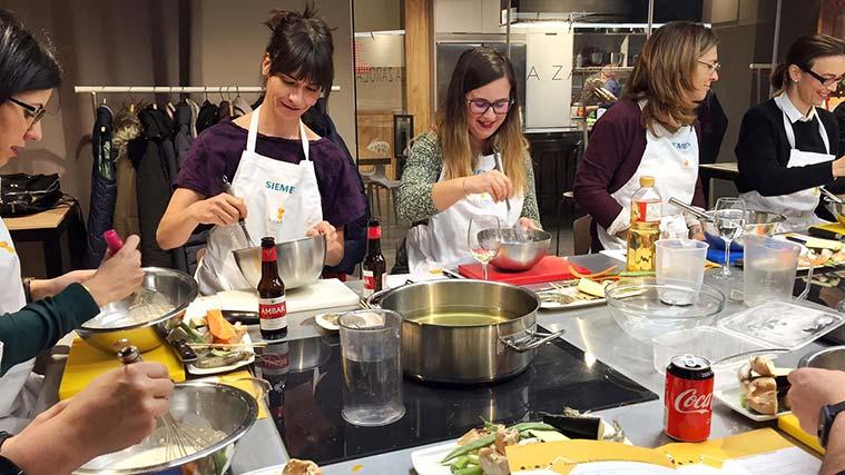Grupo cocinando en uno de los cursos del espacio gastronómico La Zarola