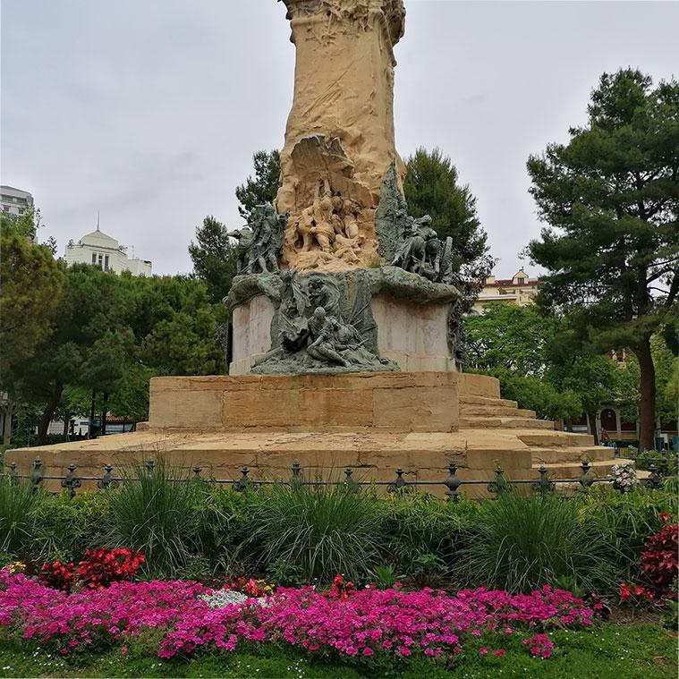 Monumento en el centro de la Plaza de los Sitios de Zaragoza