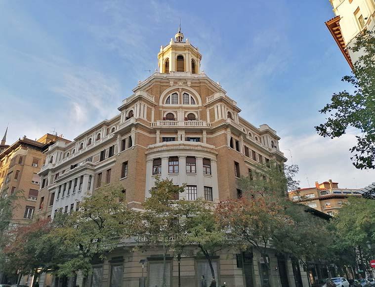 Edificio en la esquina de Isaac Peral y Joaquín Costa