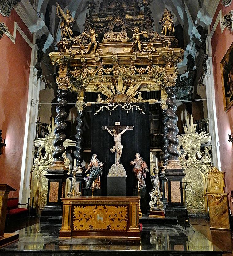 El Altar Mayor de San Felipe y Santiago el Menor sigue el modelo creado por Bernini para San Pedro del Vaticano