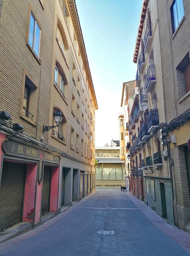 La Calle del Olmo con el Mercado Central al fond