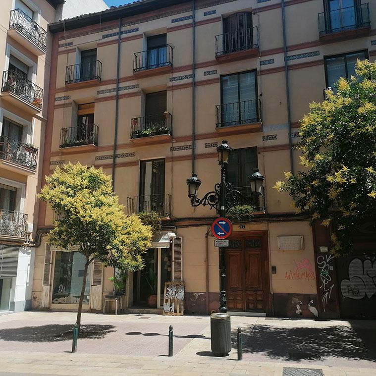 En el número 17-19 estuvo entre 1905 y 1913, la primera sucursal de la Caja de Ahorros de Zaragoza, actual Ibercaja.