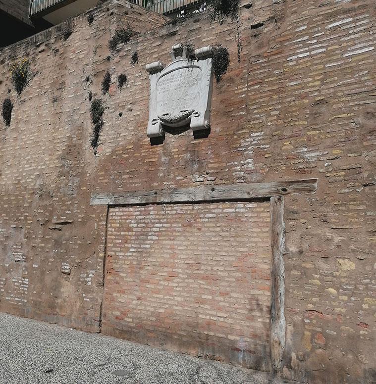 En este lugar de la muralla estuvo la batería Palafox, donde cayó el coronel de ingenieros Antonio Sangenís y Torres, responsable de las defensas de Zaragoza durante los Sitios