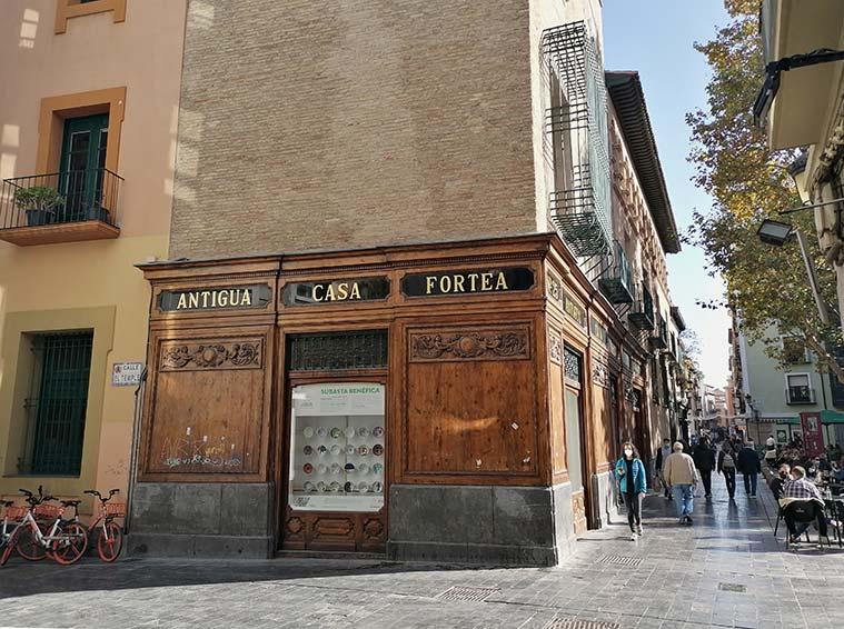 En los bajos del Torreón Fortea todavía se conserva la antigua fachada del comercio que le dió nombre