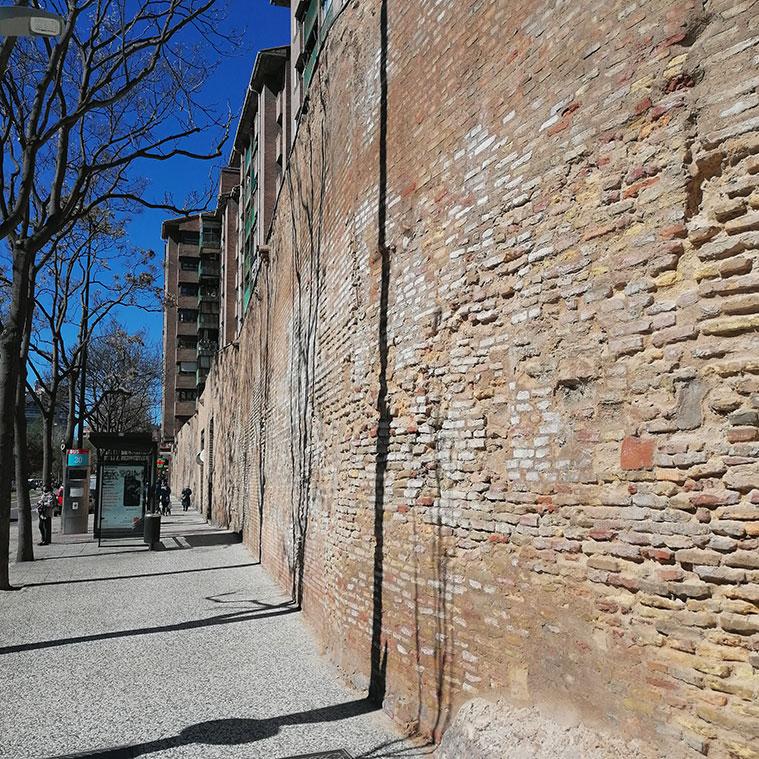 En los restos de la Muralla de Ronda cercanos a la Batería Palafox todavía pueden verse los impactos de artillería que recibió