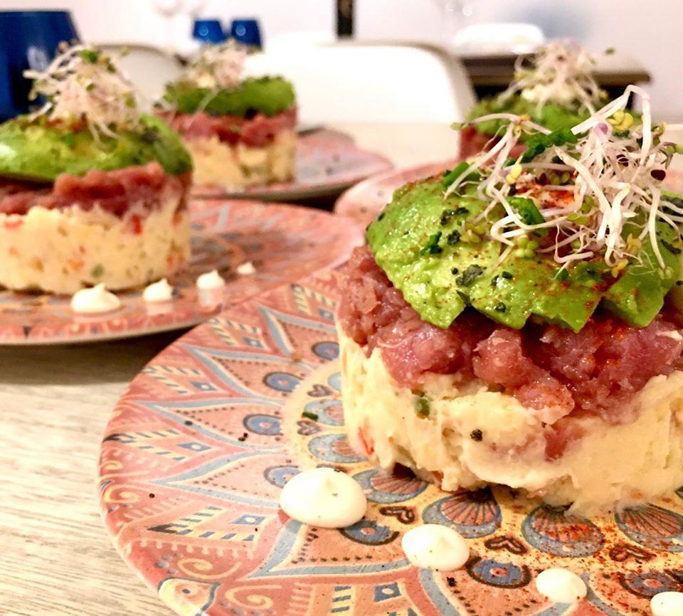 Ensaladilla de tartar de atún rojo con verduras en encurtido agridulce, aguacate, tomate seco y salsa Kewpie
