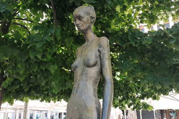 Escultura 'Mujer con manto azul' de Alberto Gómez Ascaso