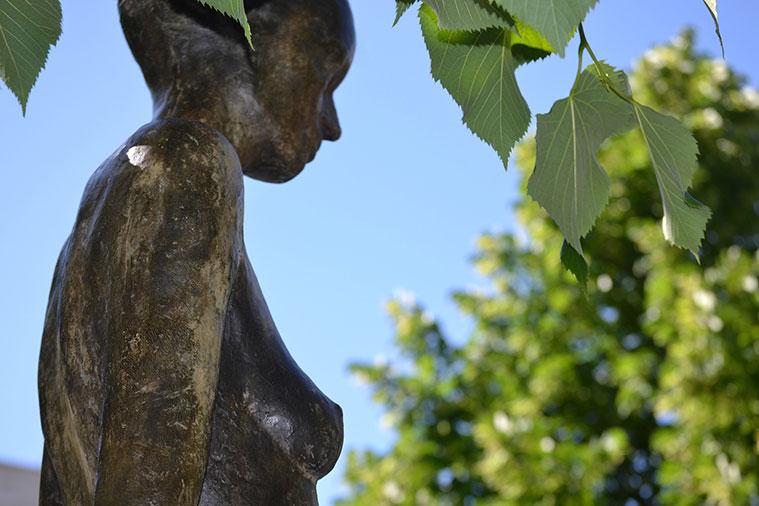 Escultura 'Mujer con manto azul' de Alberto Gómez Ascaso en la Plaza de España