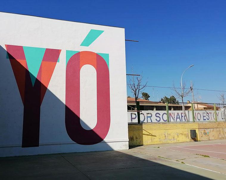 En la pared central del frontón del instituto de secundaria de Grañén, en la que pueden leerse dos palabras: 'tú' y 'yo', obra del colectivo Boa Mistura