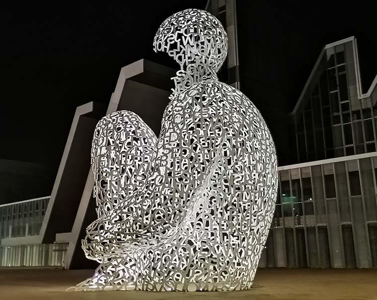 La escultura 'El Alma del Ebro', de Jaume Plensa, de noche