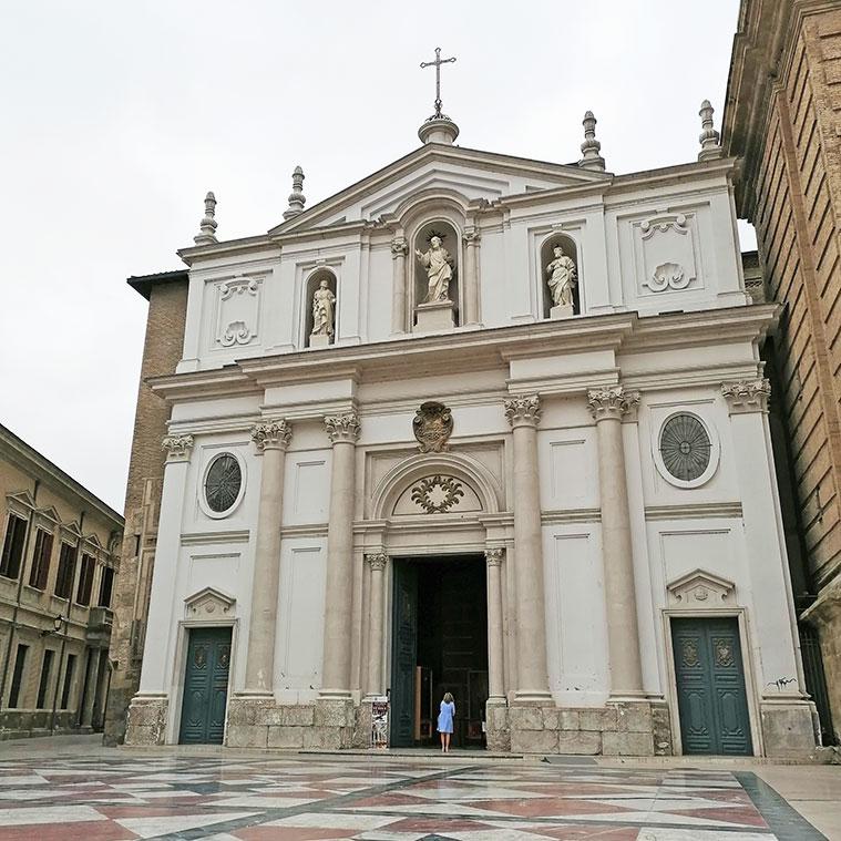 La fachada principal de La Seo es obra arquitecto del Julián Yarza que, al parecer, siguió el proyecto de una puerta diseñada por Ventura Rodríguez para el tempo del Pilar que no se realizó.