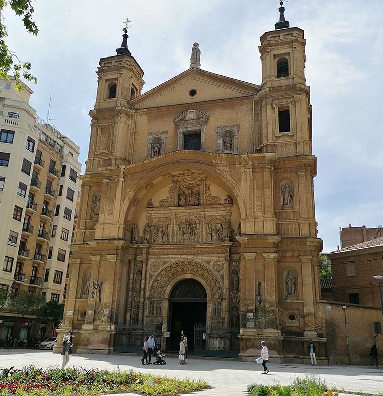 En 1891, la portada que sufrió serios daños durante los Sitios fue restaurada por el escultor Carlos Palao y Ortubia, quien completó o repuso enteramente algunas de las figuras originales.