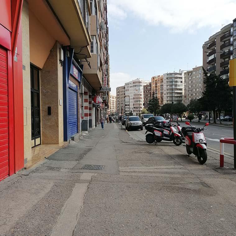 Las aceras de la Avenida Navarra esperan pacientemente una necesaria y merecida restauración
